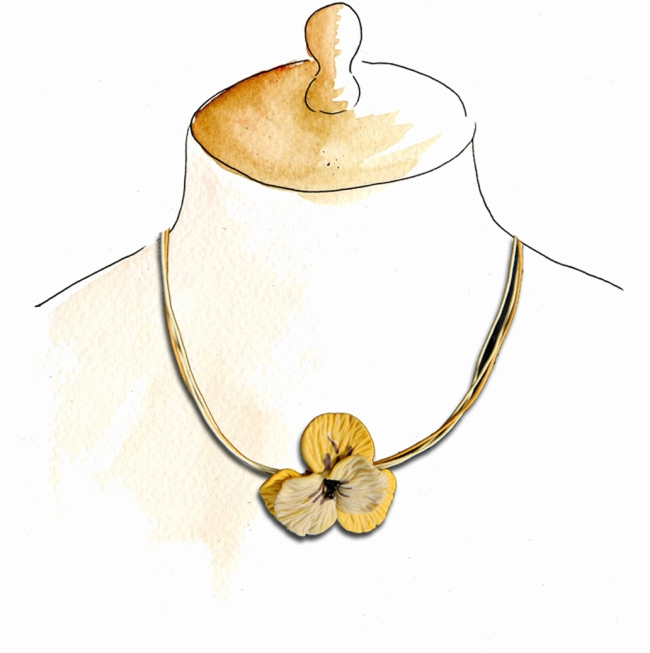 collier fleur jaune sur buste