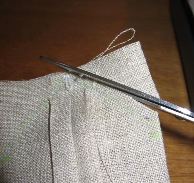 couper le surplus de tissus