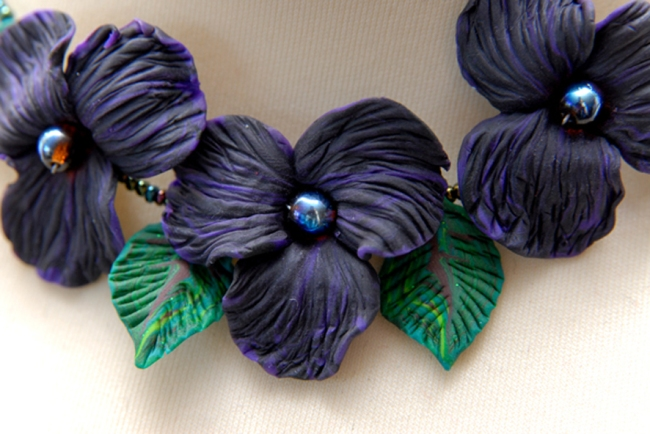 detail colier de violette
