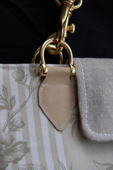 detail mousqueton doré