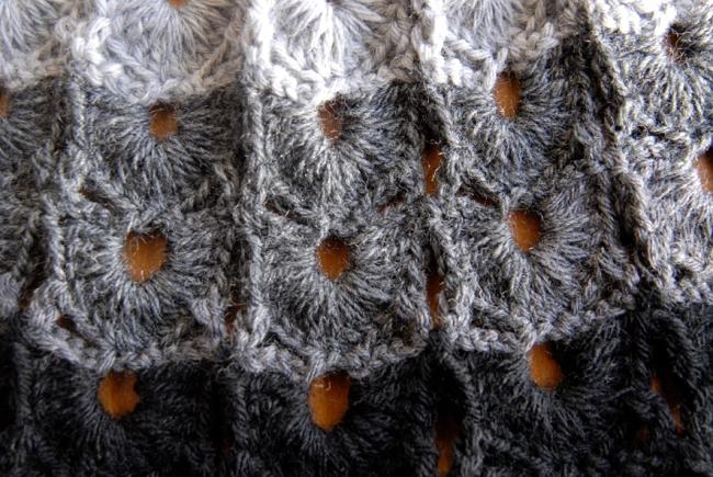 echarpte au crochet point coquille laine camaieu de gris 5