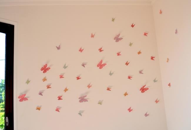 envollée de papillon en papier déco sur un mur 1