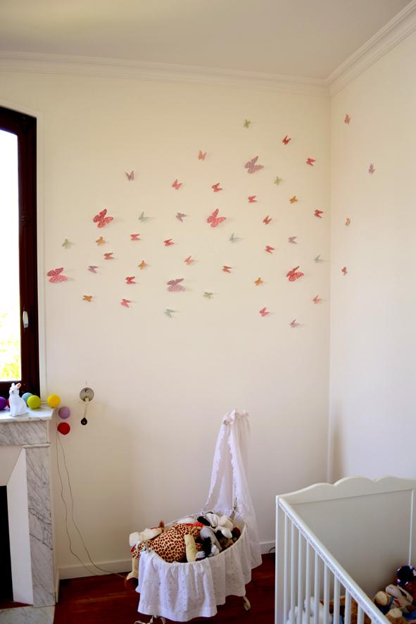 envollée de papillon en papier déco sur un mur 2