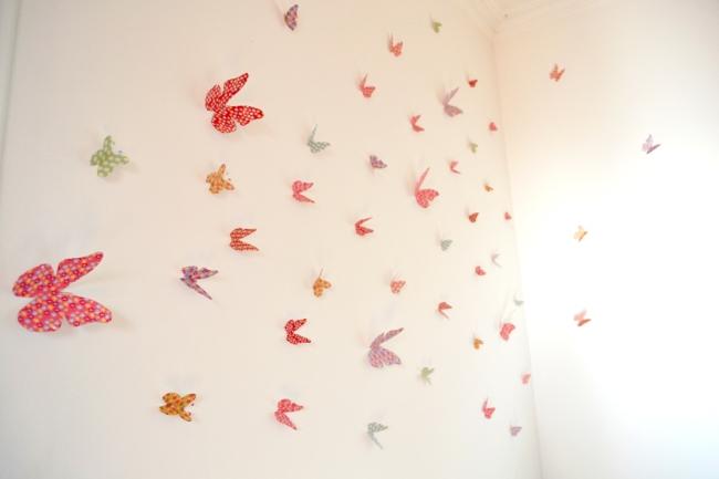 envollée de papillon en papier déco sur un mur 3