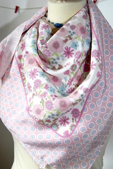 foulard en soie motif fleur pastel 1