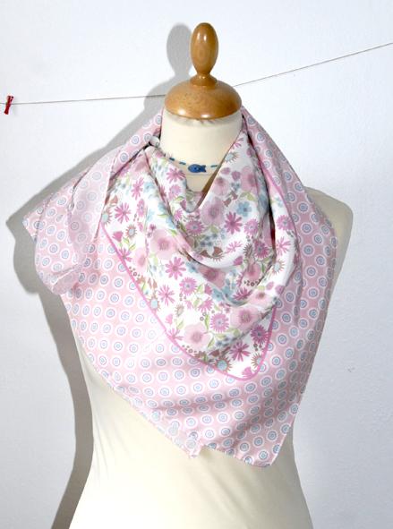 foulard en soie motif fleur pastel 2
