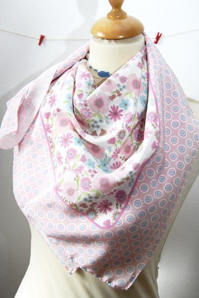 foulard en soie motif fleur pastel
