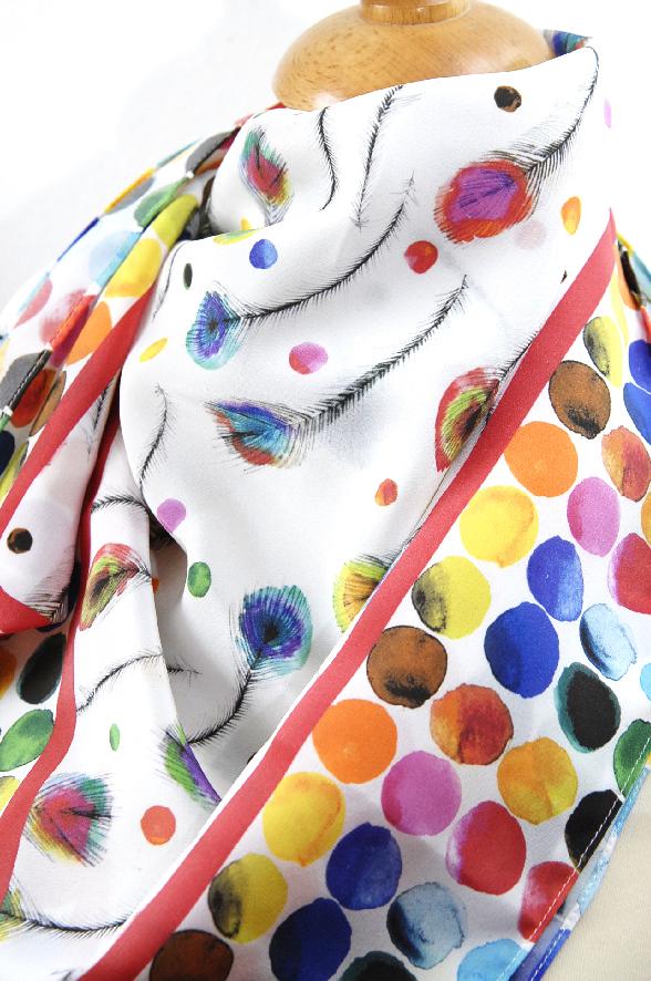 foulard en soie motif plume de paon
