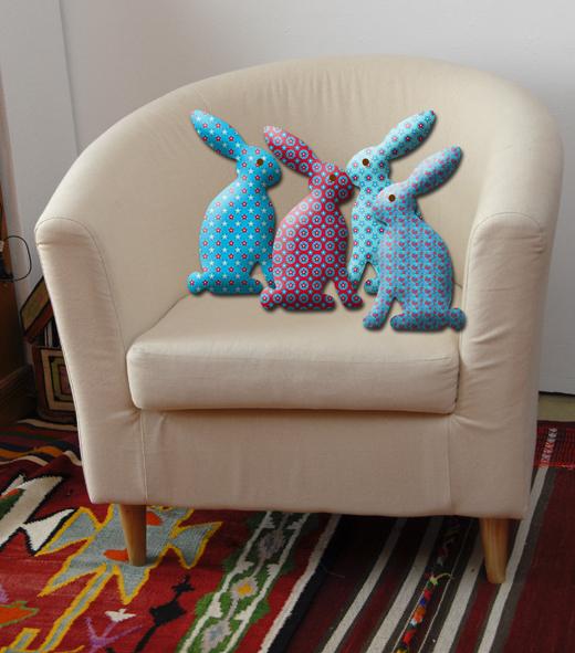 lapin en tissu sur fauteuil