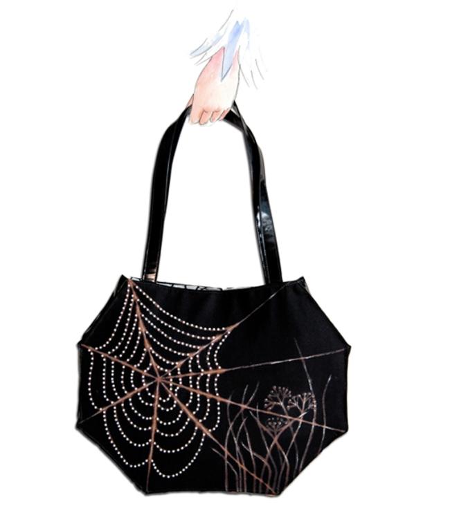 sac toile d'araignée à la main