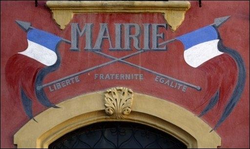 fronton de mairie liberté fraternité égalité drapeau français