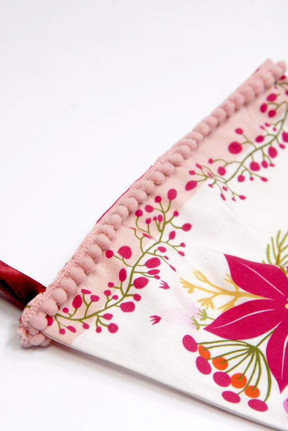 bottes-de-noel-kit-a-coudre-motif-poinsettia-1-bordure-mini-pompon