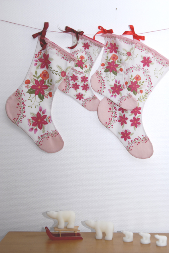 bottes-de-noel-kit-a-coudre-motif-poinsettia-bordure-mini-pompon-3